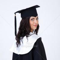 Мантії з білим коміром для випускників
