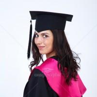 Мантії з рожевим коміром для випускників