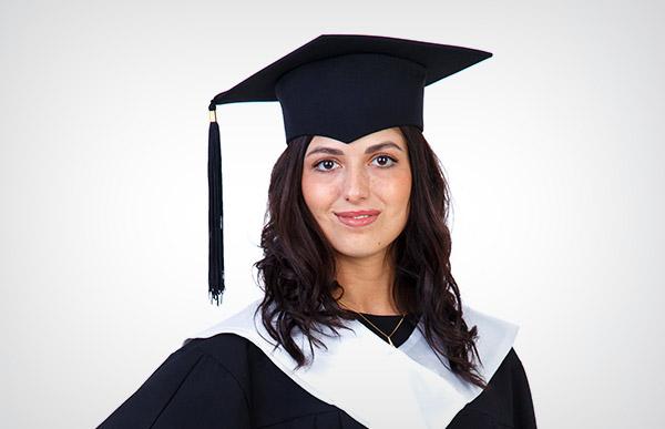 Мантии выпускников с белым воротом